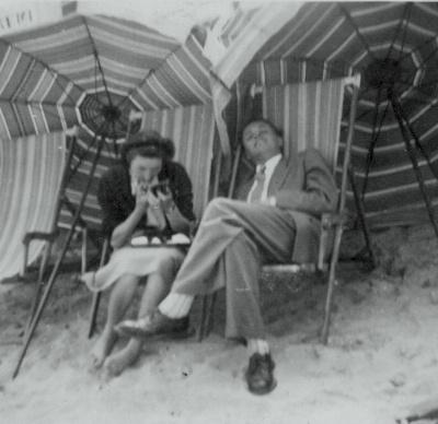 Mes parents vers 1954 - Sur la plage... à Blankenberge (Belgique)